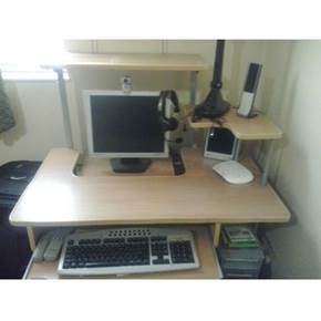 کامپیوتر شخصی و میز کامپیوتر